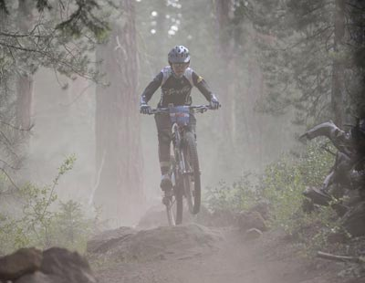 Wenzel Coach Elaine Bothe flies on her mountain bike down an enduro mtb course.